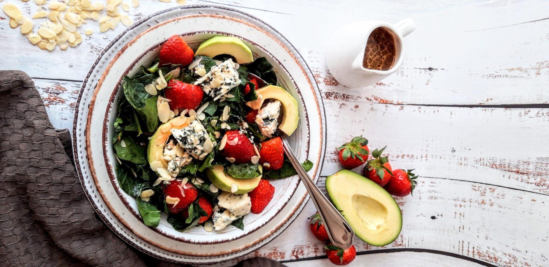 Σαλάτα με σπανάκι, φράουλες και blue cheese