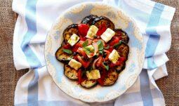 Καλοκαιρινή σαλάτα με ψητές μελιτζάνες, τυρί Μαστέλο και ντομάτα