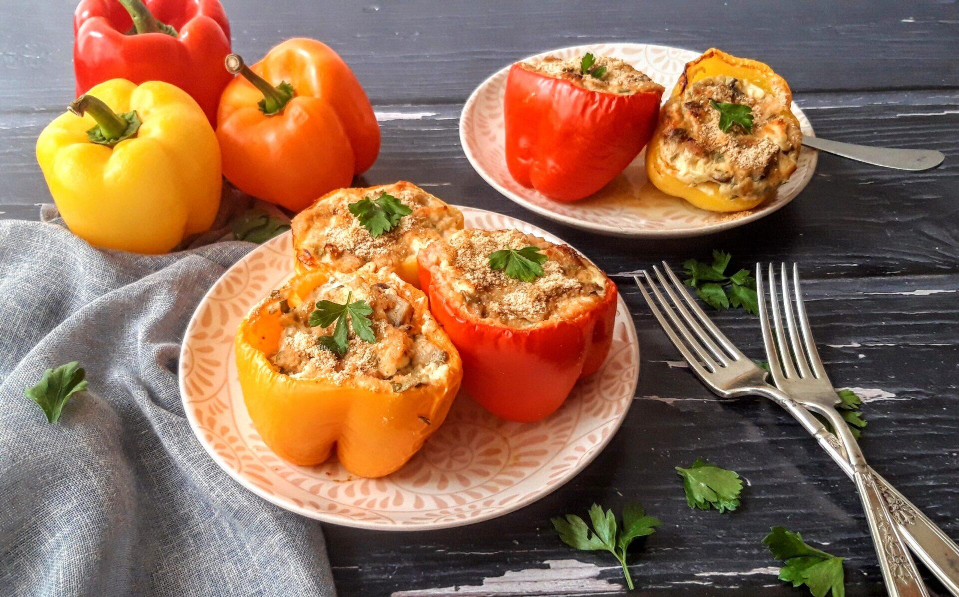 Χρωματιστές πιπεριές με γέμιση μανιταριών