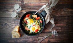 Τσιγαριαστά χόρτα με σύγκλινο και αυγά