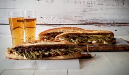 "Gourmet hot dog με υλικά από τις "" οι γουμένισσες """
